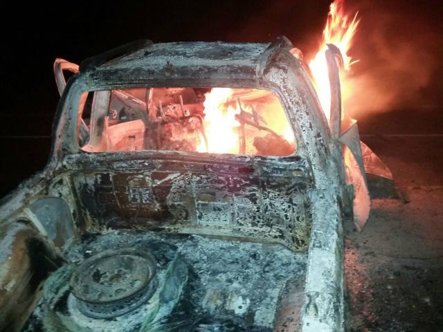 Um dos veículos envolvidos no acidente, o Fiat Strada, ainda em chamas após a colisão (Foto: Rodrigo Rodrigues/Nova Alvorada News)
